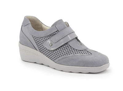 Shoe with removable insole